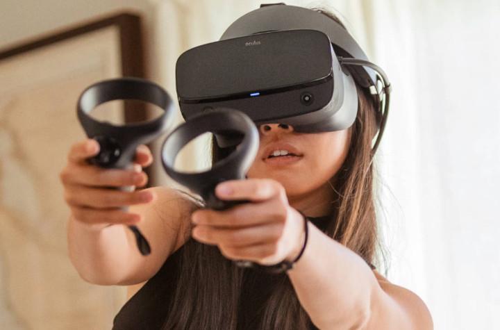 Chica jugando a Oculus Rift S en Realidad Virtual