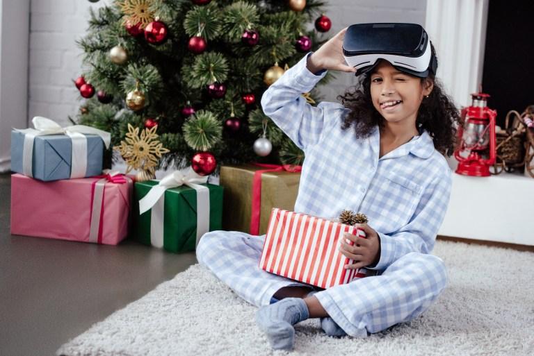 niña con visor de VR
