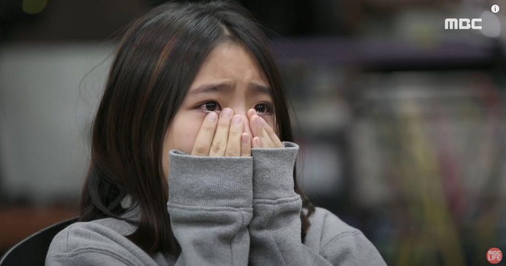 Hija se emociona al ver a su padre bailar con el avatar de su madre fallecida.