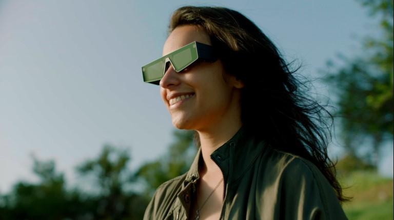 Persona usando Spectacles de Snap Inc con la óptica de WaveOptics empresa que ha adquirido por 500 millones